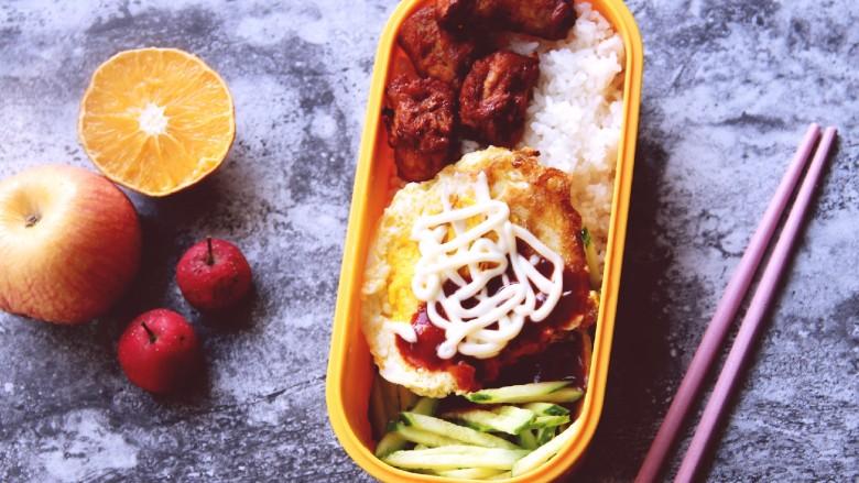幸福烤鸡脖午餐便当,把所有的食材都放到饭盒里,美美的带上班吧