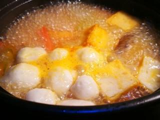 海鲜肥牛乌冬面,加入鱼圆鱼豆腐煮开