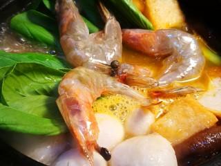 海鲜肥牛乌冬面,放入大虾油菜