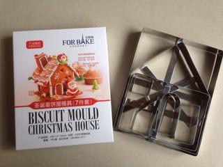 圣诞姜饼屋,准备好姜饼屋的模具,包装盒后面印有每个部件对应的名称,哪个是屋顶,哪个是门,一清二楚,底座就不需要模具的,随便擀一块不规则形状,大的,可以安放姜饼屋就可以了