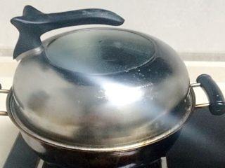 香煎南瓜饼 ,盖上锅盖,煮沸