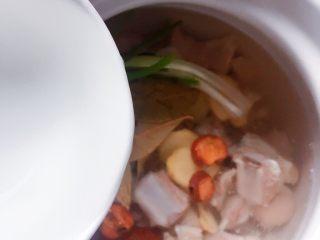 羊排汤,加入足量的水。(我加了4大碗)
