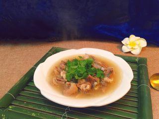 羊排汤,出锅装盘,撒上香菜即可食用。