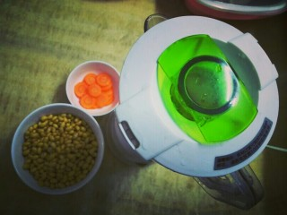 ♡胡萝卜豆浆♡,黄豆~胡萝卜~豆浆机