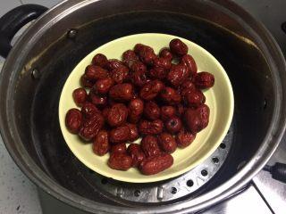 西安+甑糕,红枣洗净,上锅蒸10分钟。