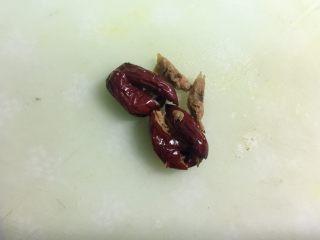 西安+甑糕,然后把红枣的核去掉,也可以买去核的红枣,或者蜜枣。