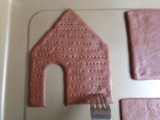 圣诞姜饼屋,用叉子在饼干坯上叉出若干个小孔,以防在烘烤中变形,刷上蛋水液,松驰15分钟左右