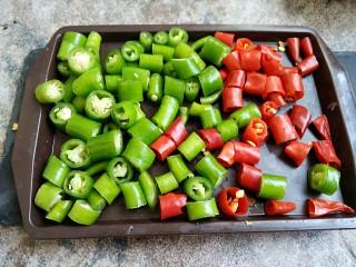 香辣鸡胗,把辣椒分别切成辣椒粒备用