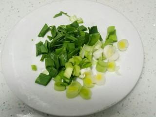 高汤青菜烩面,蒜苗洗净切粒。