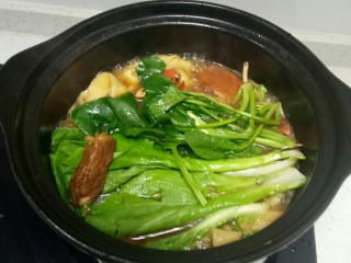 高汤青菜烩面,烩面断生后放入西红柿块,煮2分钟,放入青菜煮1分钟,关火。