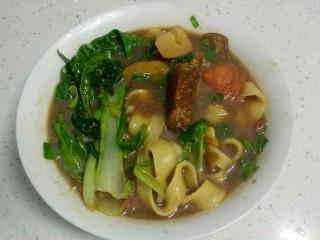 高汤青菜烩面,盛入碗中。