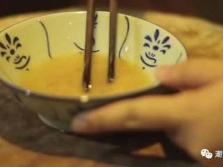 韭黄炒虾仁,❥ 之后准备芡汁,在碗中倒入适量的水,依次加入适量的<a style='color:red;display:inline-block;' href='/shicai/ 721/'>蚝油</a>和淀粉,搅拌均匀