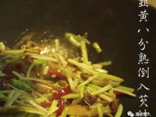 韭黄炒虾仁,❥ 当韭黄炒至八分熟时,倒入芡汁,翻炒均匀收汁即可