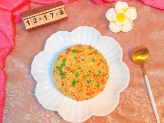 炒饭秀+五彩炒饭,先把炒饭盛在碗中,再把盘子盖在碗上,然后把盘子翻个身。 香喷喷的五彩炒饭,美美的享用吧。