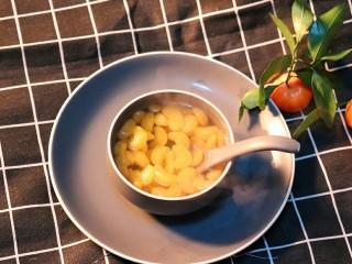 糖水桔子罐头,如果做的大量,可以趁热将桔子放入玻璃密封罐,拧上盖子后倒置放凉后可以放冰箱保存几天,具体时间不确定哈因为我没放过,经常是混着各种水果给孩子炖的,这个冬天我们还是换个方式吃点不太冷的水果吧。