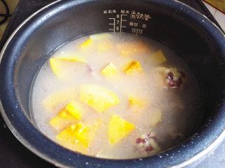 排骨煲,还剩30分钟左右的时候,倒入南瓜块,盖上盖子继续煲,