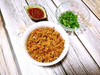 家常版肉臊面(含超简单辣椒油做法),盛出肉臊备用,香菜或香菜切末备用