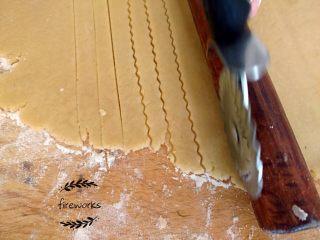 圣诞苹果派-超级酥皮,13. 取出另外面团,用面锤做成一个薄厚均匀的大面片,用刀具划成粗细均匀的长条状.(注意可以用擀面杖比在面皮上。)