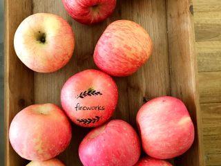 圣诞苹果派-超级酥皮,6.把所有的苹果削皮。