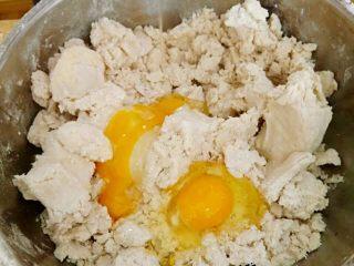 圣诞苹果派-超级酥皮,4.加入两个蛋黄,混合后,再加入一个全蛋与面粉团完全混合均匀。加入一汤勺鲜榨柠檬汁。