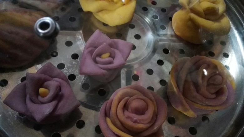 玫瑰花馒头,把做好的馒头放入蒸锅,静止15分钟左右。