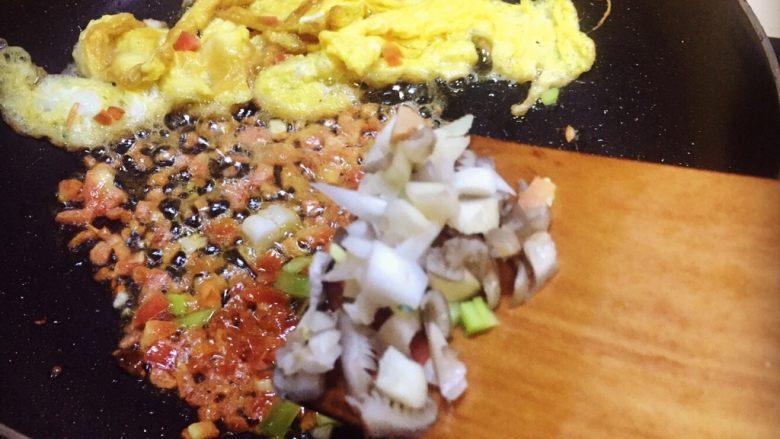 虾仁什锦蛋炒饭,接下来放姬菇丁和21一起炒香