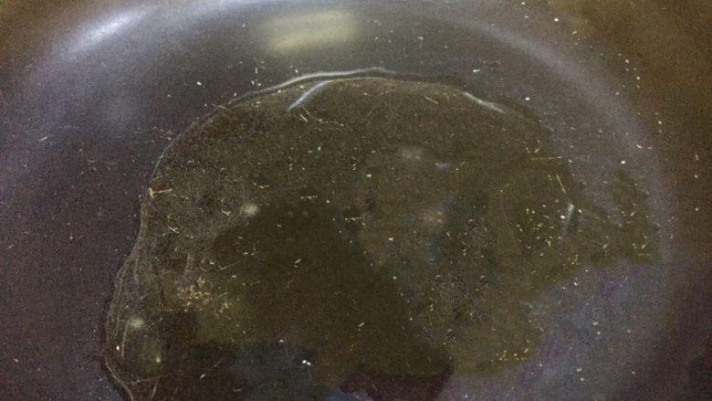 虾仁什锦蛋炒饭,取不沾平底锅放20克葵花油,开大火