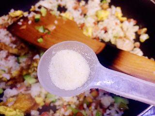 虾仁什锦蛋炒饭,别着急,别忘了再加小半勺调味盐炒均