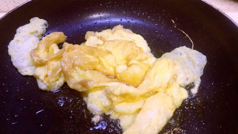 虾仁什锦蛋炒饭,没有看到蛋液了,鸡蛋已成金黄色就炒好了的这时间鸡蛋放锅里一边