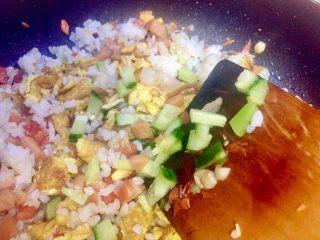 虾仁什锦蛋炒饭,加入黄瓜丁继续翻炒,因为黄瓜超久就要出水汁,所以放在要起锅前加入