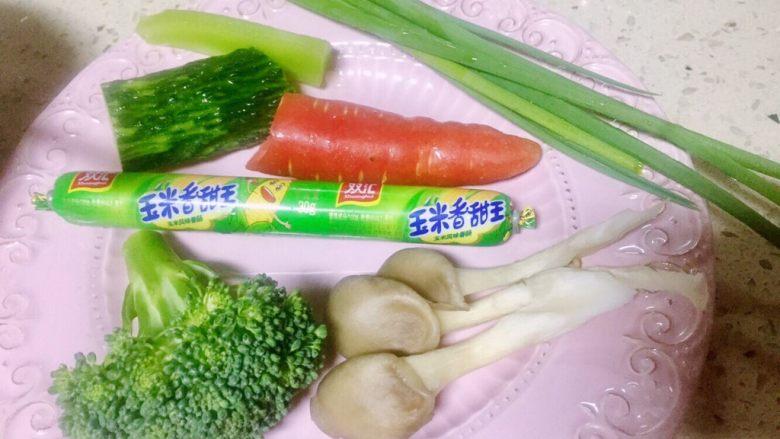 虾仁什锦蛋炒饭,接下来将这些食材洗净