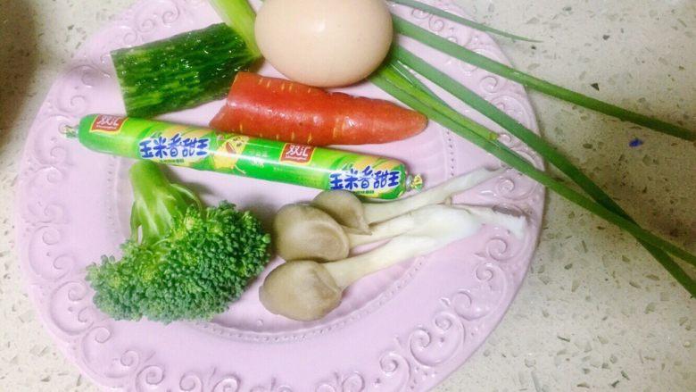 虾仁什锦蛋炒饭,准备食材待用