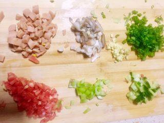 虾仁什锦蛋炒饭,分别将7.8.9中的食材(除西兰花)玉米肠,黄瓜,莴笋,红萝卜,姬菇切丁,小葱切葱花,老姜剁末,备用