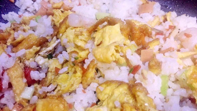 虾仁什锦蛋炒饭,然后将锅里整个食材翻炒均匀