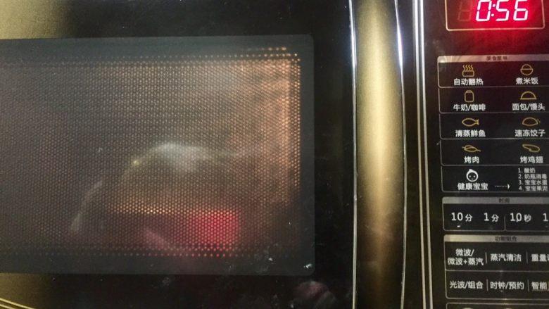 虾仁什锦蛋炒饭,大火加热一分钟(这个方法也适用于烹饪各种摆盘及凉菜,简单方便,主要是菜菜不变色)