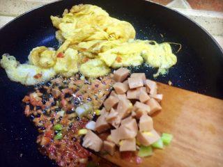虾仁什锦蛋炒饭,将玉米肠粒加入22中继续翻炒至漂香