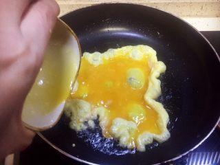 虾仁什锦蛋炒饭,注意此时火力开为中火,火大了容易把蛋炒糊