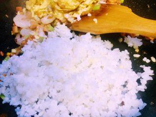 虾仁什锦蛋炒饭,接下来炒好的26全部放在炒好的鸡蛋锅的那边,倒入蟹田大米饭(大米饭均可)翻炒热散籽