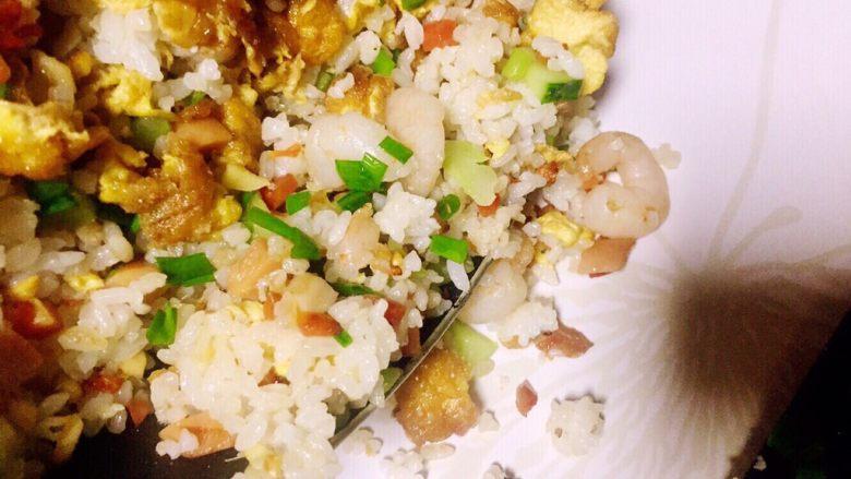 虾仁什锦蛋炒饭,关火,装盘