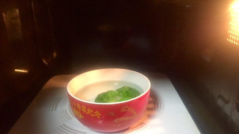 虾仁什锦蛋炒饭,将装有西兰花的碗放入微波炉