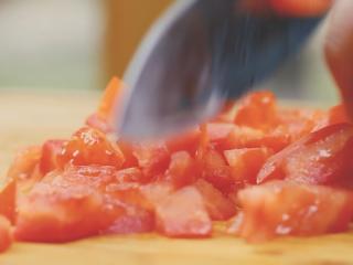 墨西哥鸡肉卷,番茄切丁,黄瓜切条,生菜切碎。