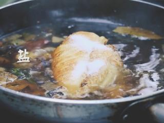 墨西哥鸡肉卷,加清水煮,加盐、塔可粉、孜然、胡椒粉。