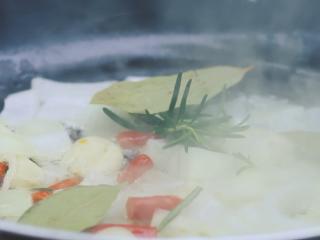 墨西哥鸡肉卷,锅里热油,倒入辣椒、洋葱丁、迷迭香、香叶翻炒。