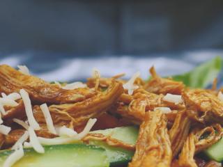 墨西哥鸡肉卷,摆上蔬菜和鸡丝,洒上芝士,卷起来。