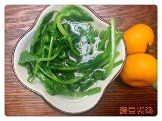 虾仁什锦蛋炒饭,配上一碗绿油油的豆尖清汤,饭后的冰糖桔子,完美😍😍😍