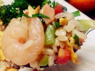 虾仁什锦蛋炒饭,鲜香四溢的饭饭正在召唤咕咕叫的肚子了,开吃吧