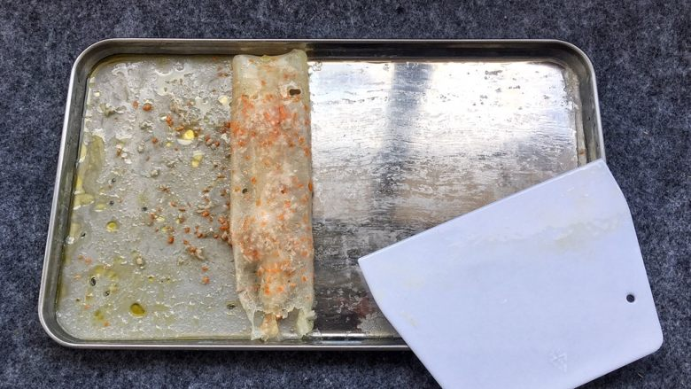 蒸肠粉,刮板抹上油,慢慢刮起肠粉。