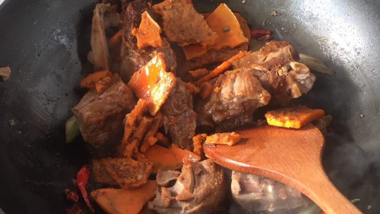 羊蝎子红汤面,入牛油火锅料包