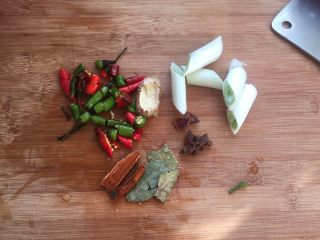 羊蝎子红汤面,调料切好备用