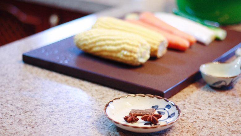 玉米胡萝卜排骨汤,准备好所有食材(家里灯光颜色问题,照片偏色)